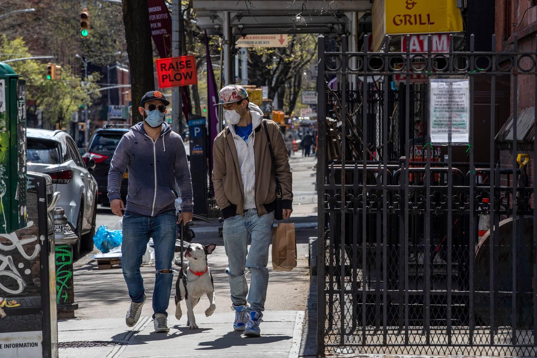 Số người chết vì Covid-19 lên hơn 28.000, người Mỹ tập quen với đeo khẩu trang