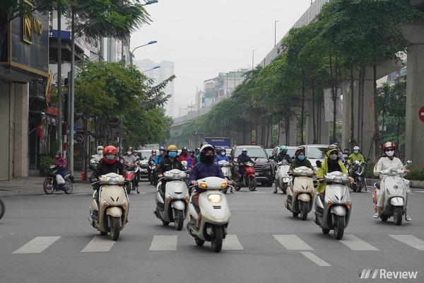 Đường phố Hà Nội chỗ tấp nập, nơi vắng vẻ trong ngày đầu cách ly thêm 1 tuần