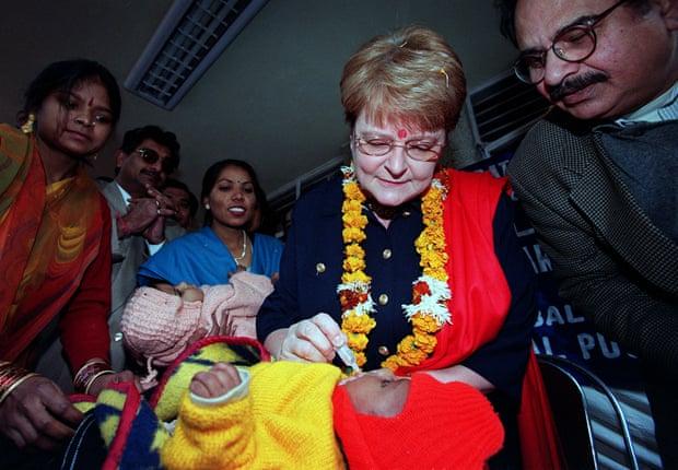 Gro Harlem Brundtland, tổng giám đốc WHO, cho một bé trai tại New Delhi uống vaccine vào tháng 1/2000 (Ảnh: John Mcconnico/AP)