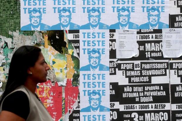 Ảnh poster có hình ông Tedros Adhanom, người đứng đầu tổ chức WHO tại Brazil (Ảnh: Fernando Bizerra Jr/EPA)