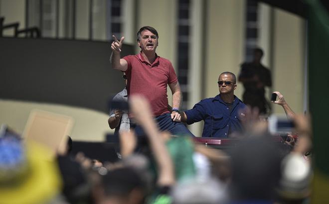 Tổng thống Brazil xuống đường biểu tình phản đối cách ly xã hội chống COVID-19