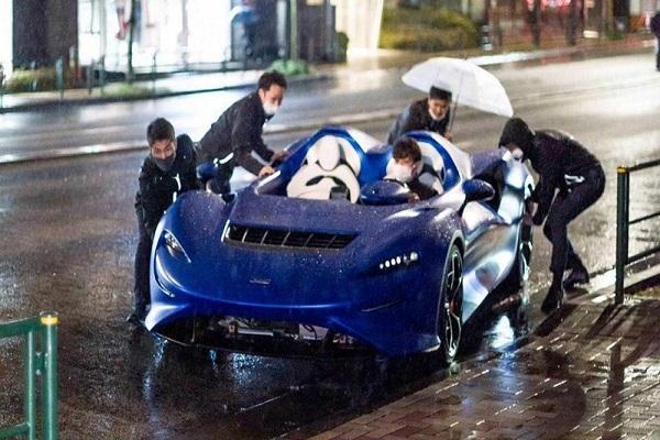 Bỏ triệu đô mua siêu xe, nhưng đi mưa vẫn thua xe cỏ