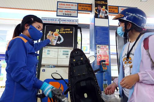 Giá dầu thấp kỉ lục, giá xăng dầu trong nước giảm bao nhiêu?