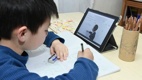 """Trong khi cả thế giới học online, thì học sinh Nhật Bản lại phải """"ngồi chơi xơi nước"""""""