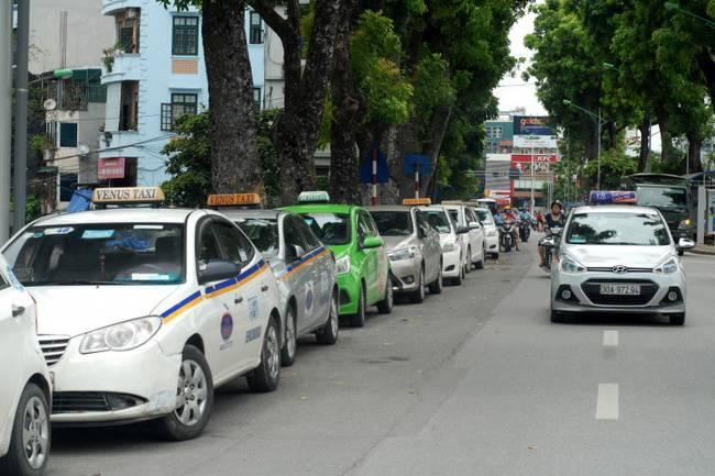 Giá xăng dầu giảm kỷ lục, giá cước xe khách, taxi, Grab vẫn 'đứng yên'