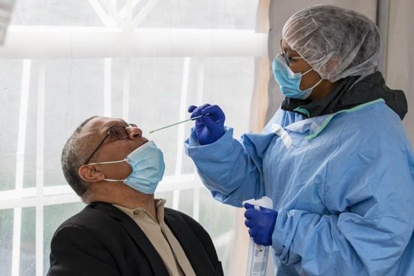 CDC Mỹ bổ sung thêm triệu chứng ớn lạnh, đau đầu, mất vị giác trên người nhiễm Covid-19