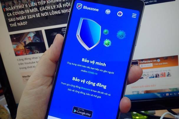 NSND Tự Long, MC Thảo Vân cùng loạt sao Việt hào hứng sử dụng 'Khẩu trang điện tử' Bluezone
