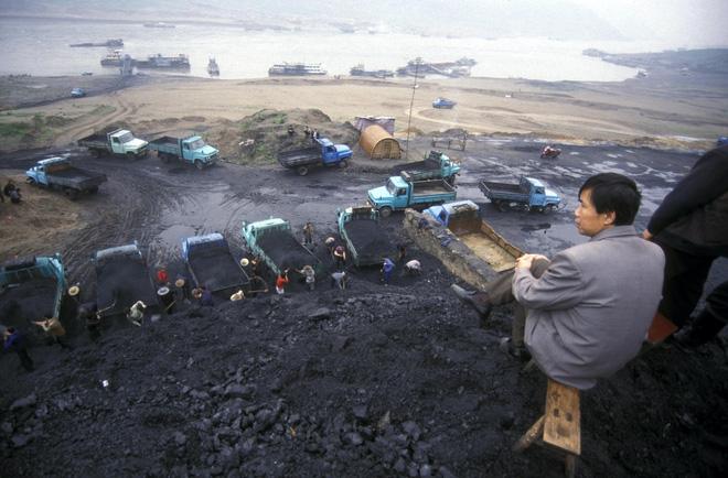 Tại sao giá dầu giảm nhưng Trung Quốc vẫn miệt mài đi đào than?