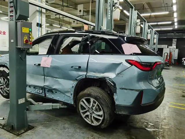 Xe điện Trung Quốc vừa mua 1 tháng đã nổ cả cặp lốp gây tai nạn