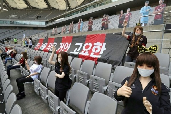 Câu lạc bộ bóng đá của Hàn Quốc bị phạt nặng vì dùng búp bê người lớn làm cổ động viên