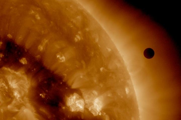 Nếu vũ trụ là môi trường chân không, thì nhiệt được truyền đi bằng cách nào?