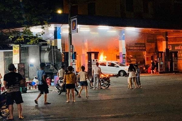 VinFast Fadil lùi xe vào cột bơm xăng gây cháy dữ dội