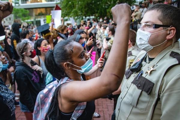 Dân Mỹ đổ xô mua sắm bình xịt hơi cay để tự vệ khi đi biểu tình
