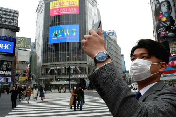 Nhật ra luật cấm người dân vừa đi bộ vừa cắm đầu vào smartphone