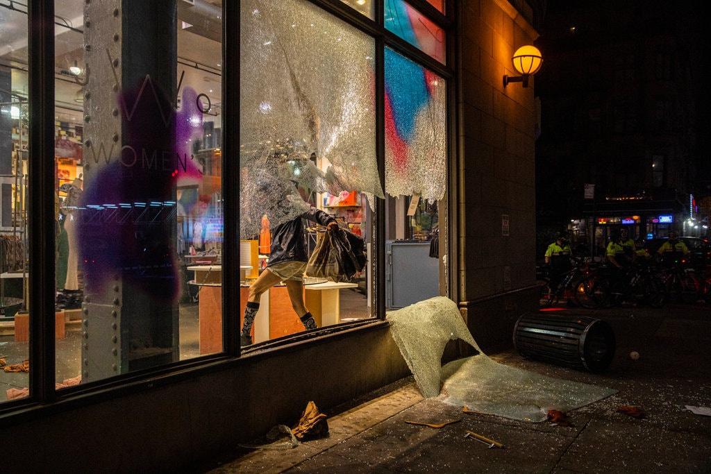 Một cửa hàng ở Manhattan đã bị cướp phá trong biểu tình ở Mỹ