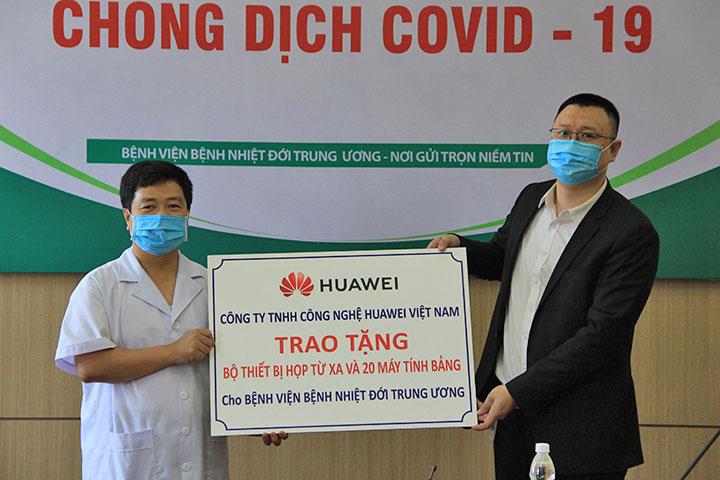 Huawei tặng bộ giải pháp hội nghị truyền hình, 20 tablet cho Bệnh viện Bệnh Nhiệt đới