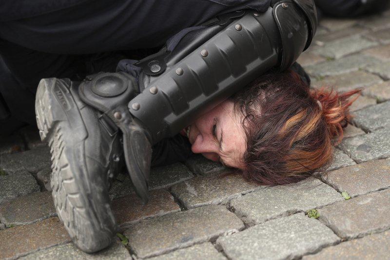 """Cách trấn áp """"ghì đầu"""" chết người được cảnh sát nhiều nước sử dụng dù nguy hiểm"""