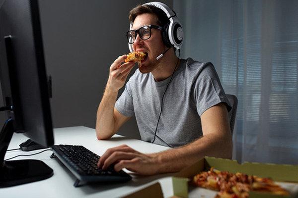 Vừa chơi game vừa tranh thủ ăn uống: Nguyên nhân, tác hại và cách khắc phục