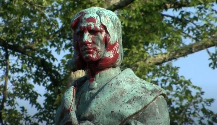 Bức tượng Christopher Columbus bị phá hủy, đốt cháy và ném xuống hồ
