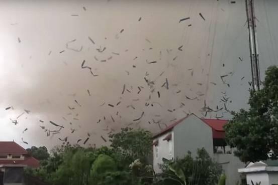 Vì sao lốc xuất hiện ở Vĩnh Phúc trong 5 phút có thể đánh sập xưởng sản xuất gỗ?