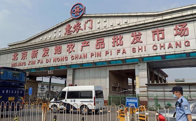 Chợ đầu mối lớn nhất Bắc Kinh bùng phát ca nhiễm Covid-19, nguồn lây có thể từ thịt nhập khẩu?