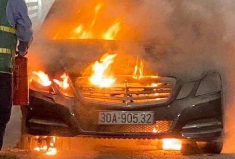 Xe Mercedes cháy trơ khung trên cầu Bạch Đằng, Quảng Ninh
