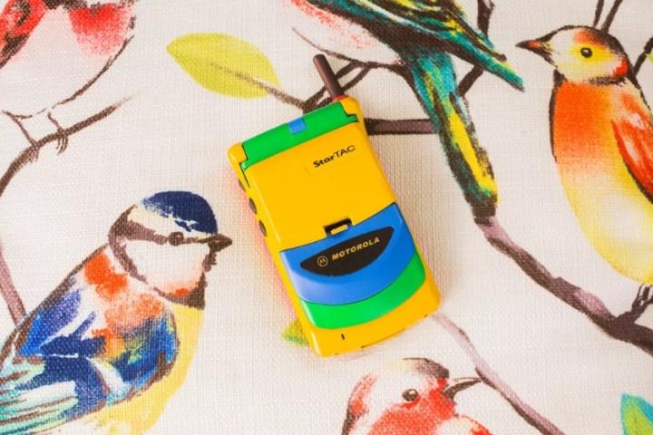 """Chiếc điện thoại nắp gập màu mè như đồ chơi con nít này từng là một """"siêu phẩm"""" giá nghìn đô"""