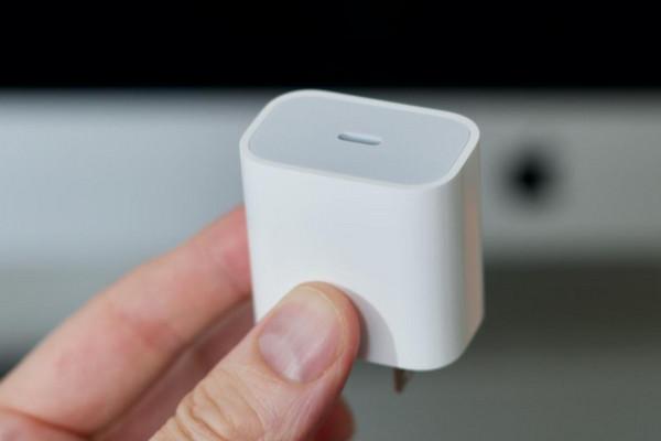 Trước tin đồn bỏ củ sạc trên iPhone 12, Apple bất ngờ khảo sát người dùng iPhone sử dụng củ sạc tặng kèm như thế nào