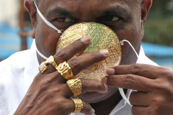 Đại gia Ấn Độ chơi trội, đeo hẳn khẩu trang làm bằng vàng để tránh dịch Covid-19