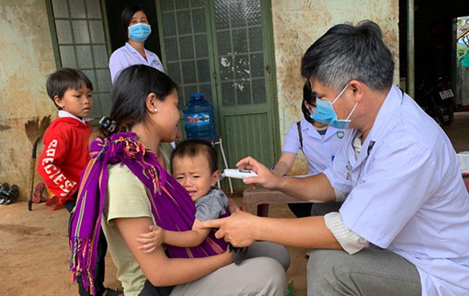 Ngành y tế tổ chức khám sàng lọc và điều trị dự phòng cho người dân làng Bông Hiot (xã Hải Yang, huyện Đắk Đoa) chiều 4-7.