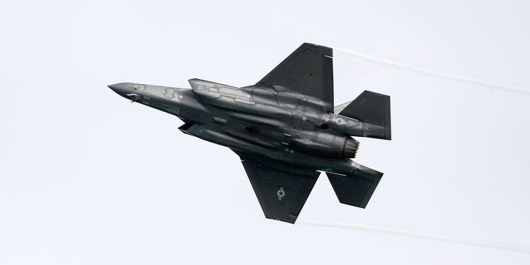 F-35 Thần Sấm II bị cấm bay gần... sét