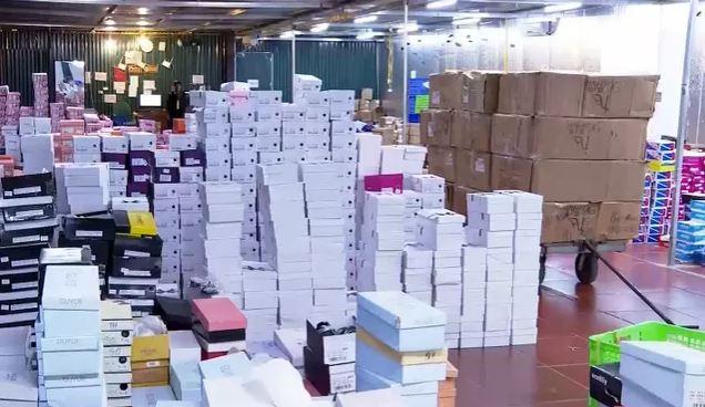 Đột kích kho hàng lậu hơn 10.000 m2 để bán qua livestream Facebook