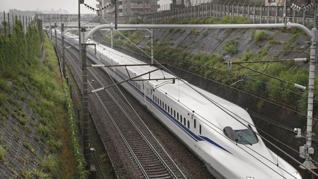 Cận cảnh tàu cao tốc Nhật Bản 360km/h, có thể thoát khỏi động đất