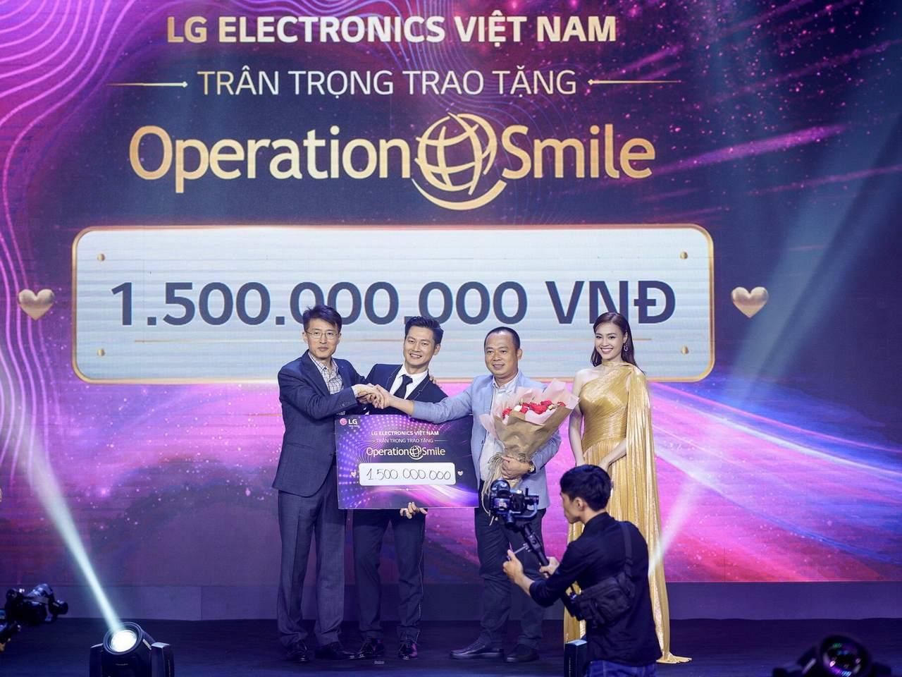 """LG Việt Nam đấu giá TV OLED 8K 88 inch, dành tặng 1,5 tỷ đồng cho tổ chức """"phẫu thuật nụ cười"""""""