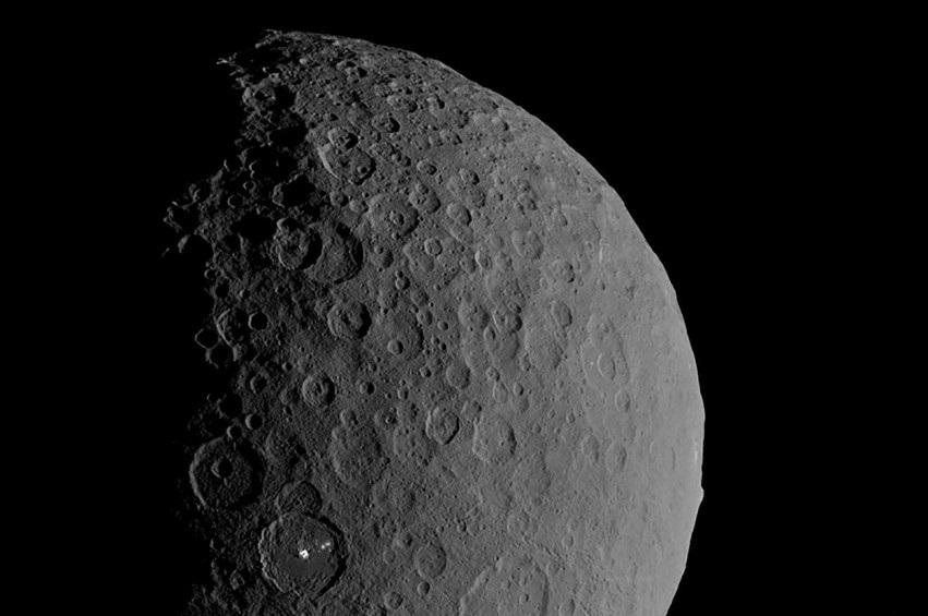 """Hành tinh lùn Ceres là """"thế giới đại dương"""" mới với hồ nước mặn dưới bề mặt băng giá"""