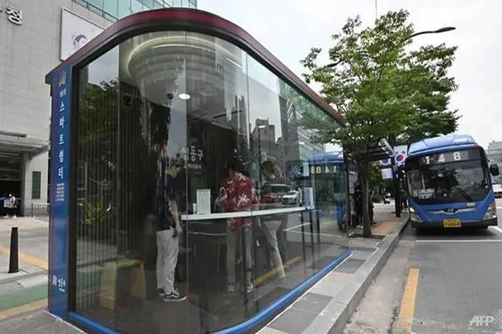 """Hàn Quốc: Biến nhà chờ xe buýt thành """"lô cốt"""" chống Covid-19"""