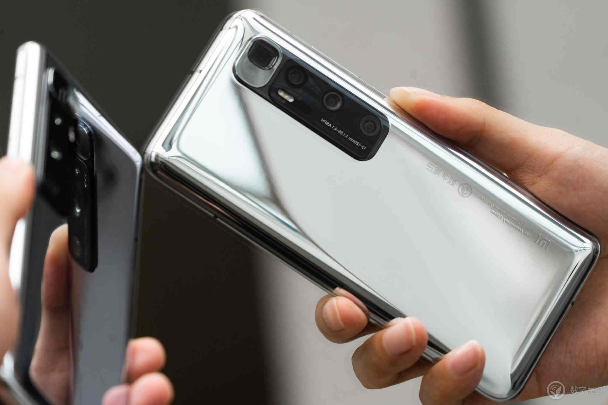 Xiaomi Mi 10 Ultra phiên bản bạc có thể dùng để nặn mụn, soi gương