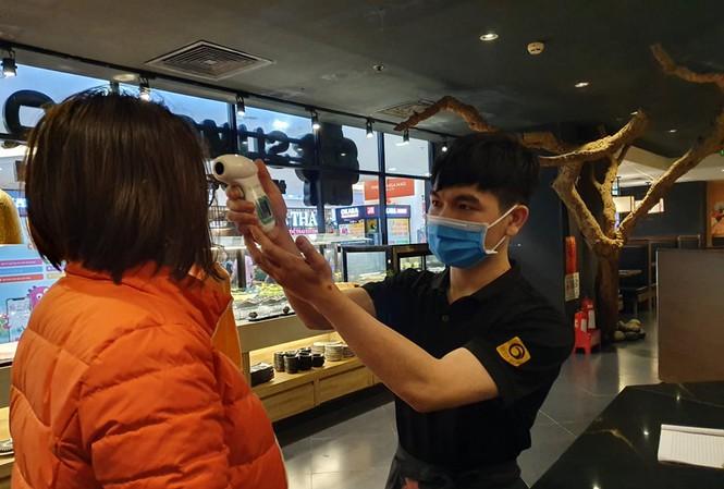 Hà Nội yêu cầu hàng quán đo thân nhiệt, giãn cách 1m từ 0h ngày 19-8