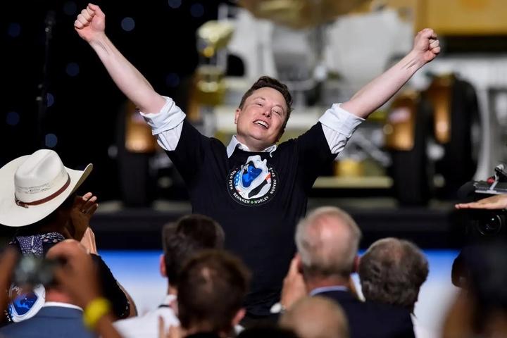 """Elon Musk là """"vua kiếm tiền"""" giữa đại dịch COVID-19"""