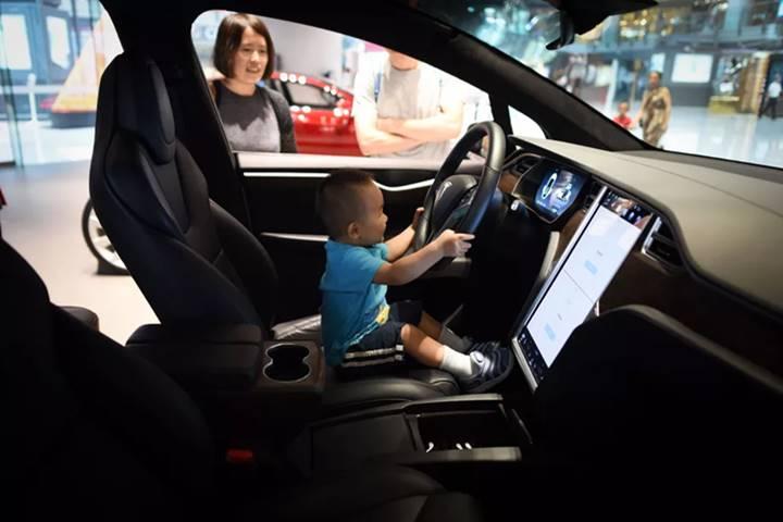 Tesla phát triển cảm biến cảnh báo trẻ em bị bỏ quên trong xe ô tô