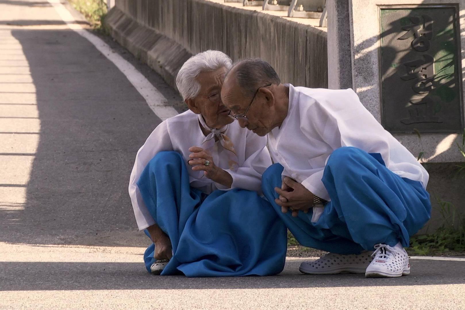 """""""Mình ơi, xin đừng qua sông': Xem, ngưỡng mộ và khóc cùng tình yêu đẹp hơn cả ngôn tình"""