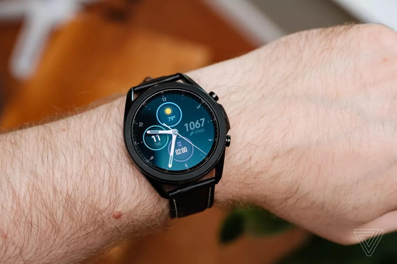Vòng bezel được thiết kế cao hơn màn hình khiến Galaxy Watch 3 dày hơn. Ngoài ra, thân thép không gỉ và nút bấm kim loại là hai điểm khác biệt khác so với dòng Active