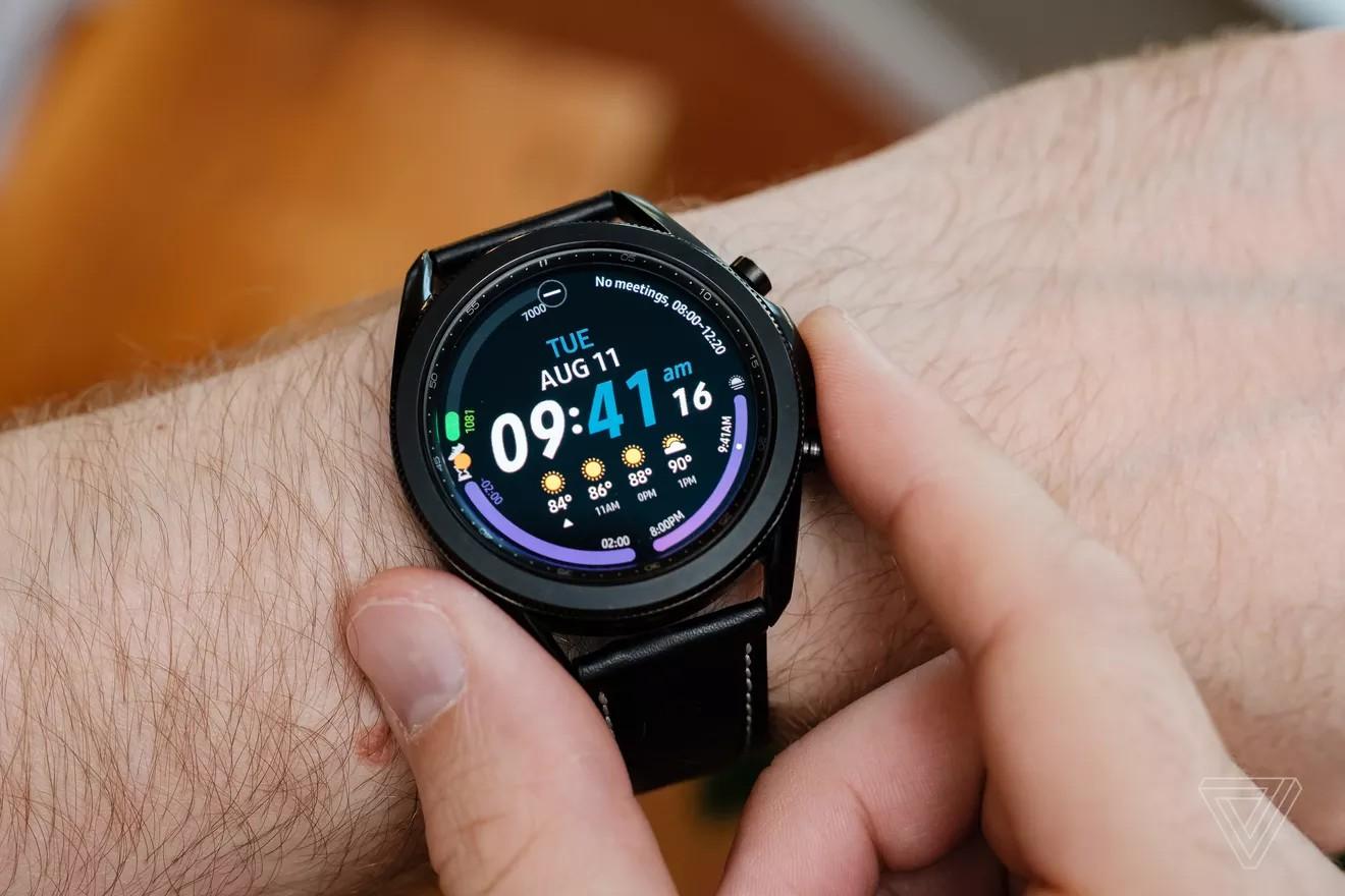 Galaxy Watch 3 mỏng và nhẹ hơn Galaxy Watch nhưng vẫn mang lại cảm giác khá lớn