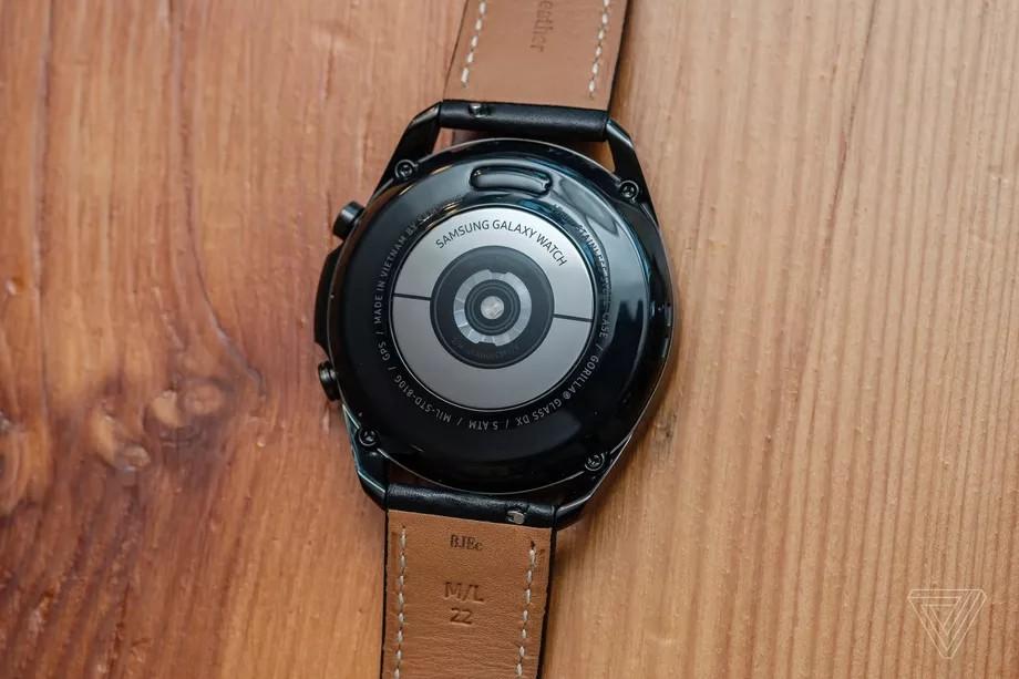 Mặt dưới Galaxy Watch 3 là cảm biến nhịp tim (Ảnh: Dan Seifert/The Verge)