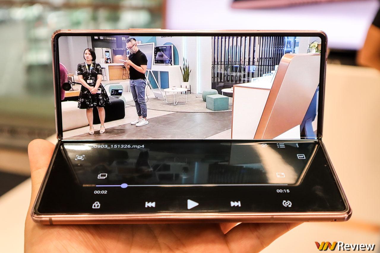 Trên tay Galaxy Z Fold 2 tại Việt Nam: Lột xác toàn diện so với thế hệ cũ, giá không đổi