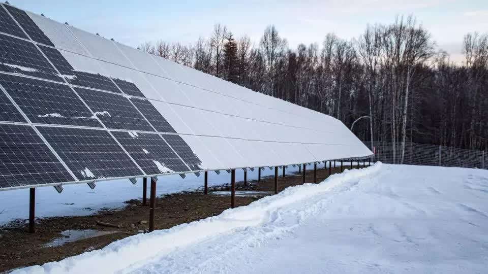 Thật khó tin, nơi mùa đông khắc nghiệt nhất thế giới như Alaska vẫn có trang trại năng lượng mặt trời
