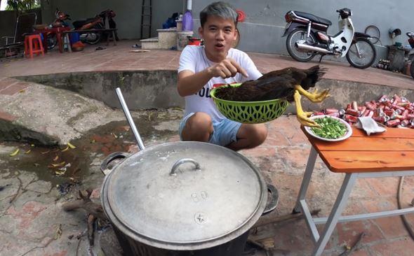 Con trai bà Tân Vlog sẽ bị xử lý nghiêm vì clip phản cảm thả con gà nguyên lông vào nấu cháo
