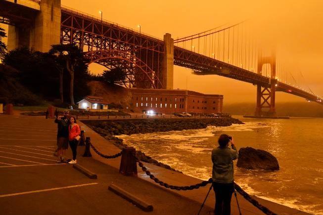 Hình ảnh mới nhất về cảnh tượng như tận thế, bầu trời đỏ giữa ban ngày vì cháy rừng ở Mỹ