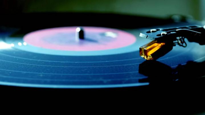 Lần đâu tiên sau 34 năm, doanh số bán đĩa nhựa vinyl tại Mỹ vượt mặt đĩa CD