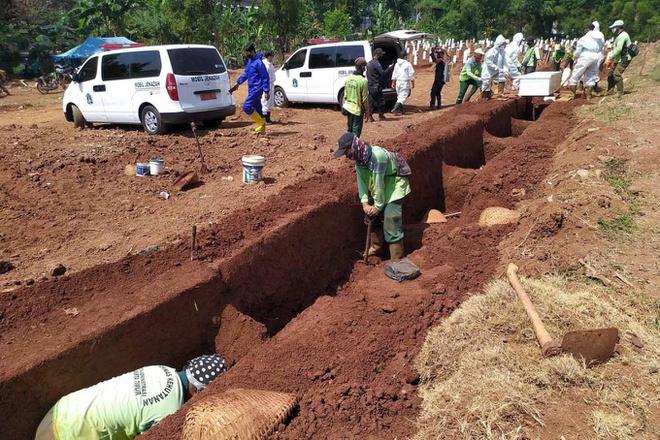 Phạm luật chống Covid-19, dân Indonesia phải đào mộ cho nạn nhân